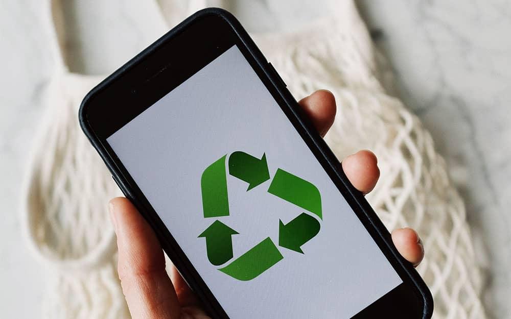 smartphone montrant le logo du recyclage